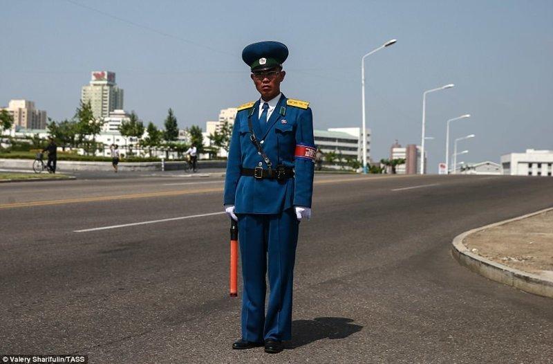 Регулировщик Пхеньян, дворец, ким чен ын, лидер партии, лидеры государств, резиденция, репортаж, северная корея