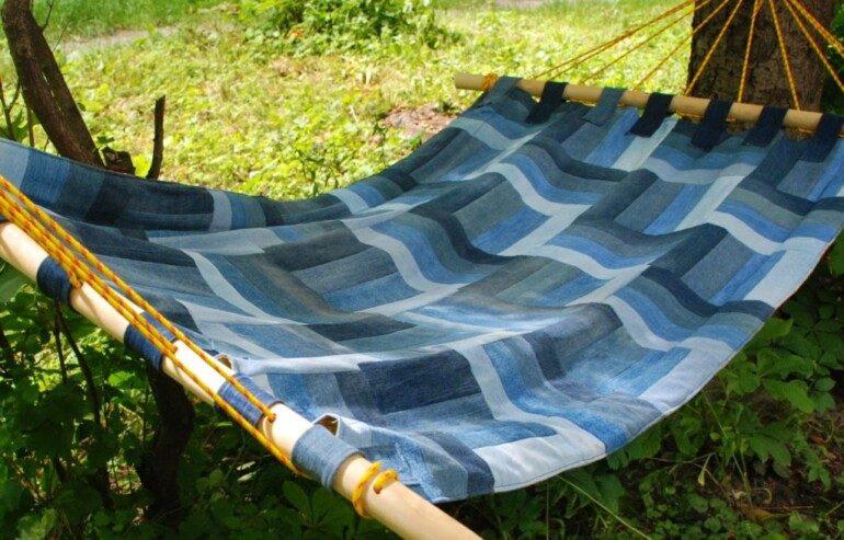 Гамак из старого покрывала для любителей отдохнуть на даче