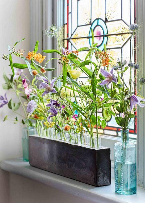 Весенние цветы в интерьере квартиры: точечные композиции.