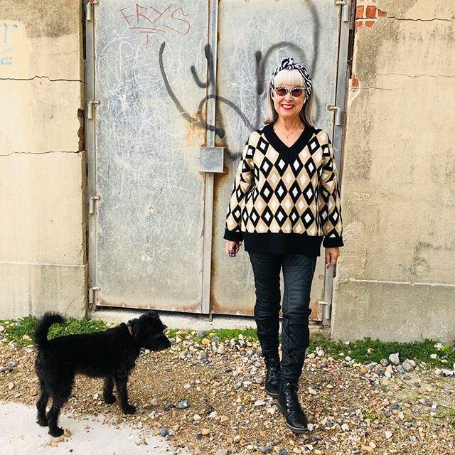 Дама за 60 гуляет со своей собакой
