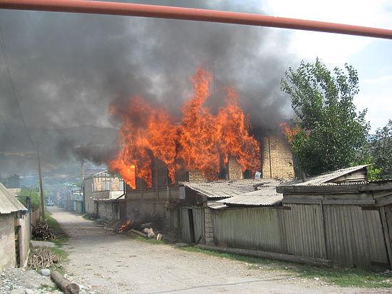 В Чечне сгорели дома родственников боевиков, устроивших атаку 9 мая