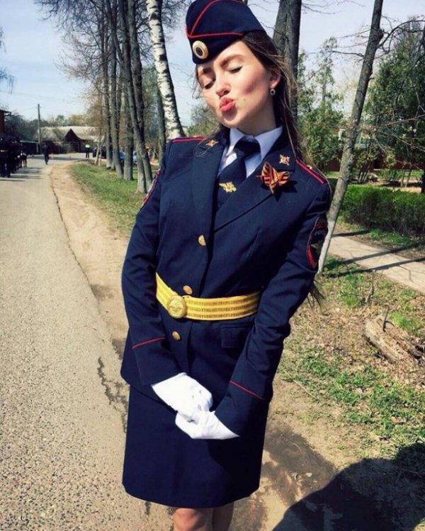 Фотографии девушек-полицейских из неофициального Instagram МВД РФ