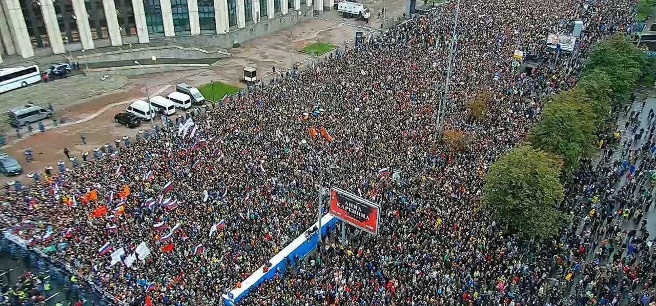 На московском майдане уже под 50 тысяч человек – драка за флаг Украины