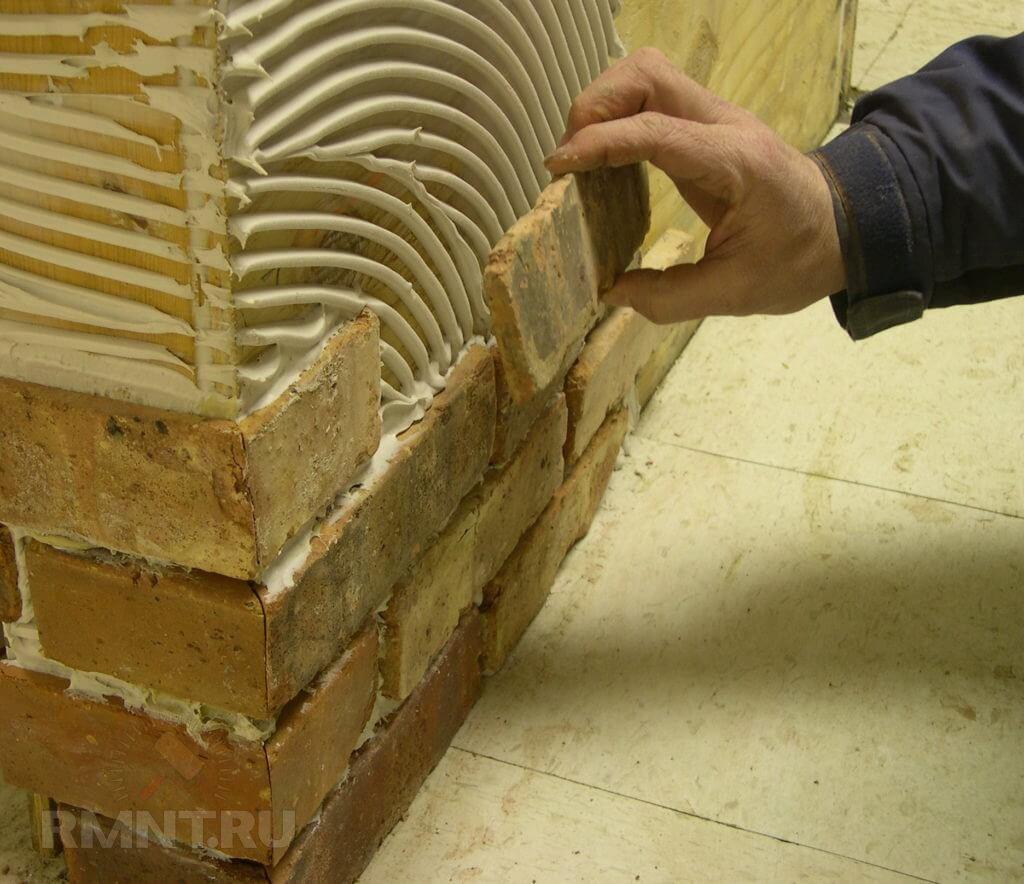 как клеить плитку под кирпич на стену