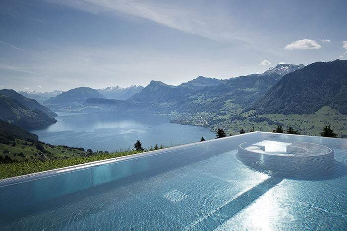 Открытый бассейн с видом на альпийский пейзаж