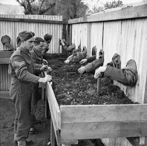 Британские сапёры учатся обезвреживать мины в полной темноте. 1943 г. Великая Отечественная Война, архивные фотографии, вторая мировая война