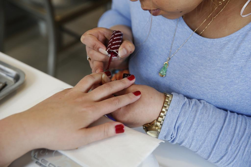 Почему шеллак не держится на ногтях долго: основные причины и рекомендации