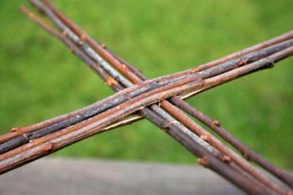 Вставьте в сделанные прорези оставшиеся четыре прута