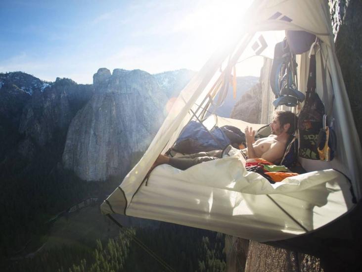 Как скалолазы ночуют в горах