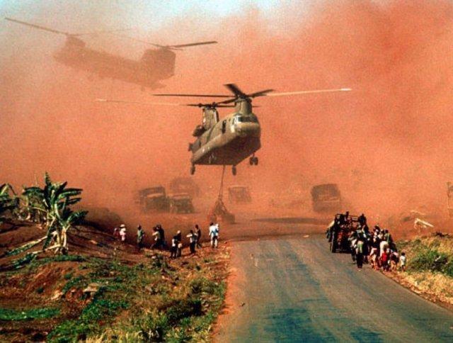 Два вертолета Chinook во время эвакуации снаряжения и солдат южно-вьетнамской (АРВН) 18-й дивизии и их семей из Сюань-Лока, Вьетнам, середина апреля 1975 года. история, люди, мир, фото