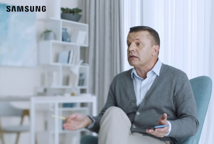 «Я сам себе медиа». Парфенов рассказал о своей карьере в ролике Samsung
