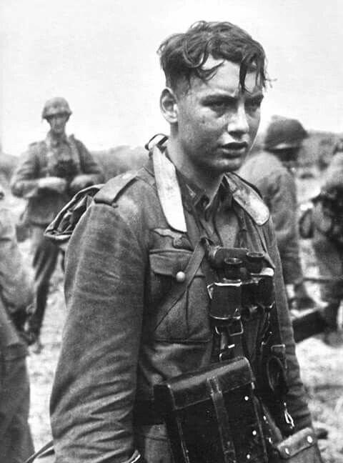 Молодой немецкий солдат после боя Великая Отечественная Война, архивные фотографии, вторая мировая война