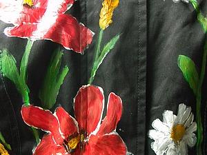 Новая жизнь старой куртки: роспись маками и ромашками
