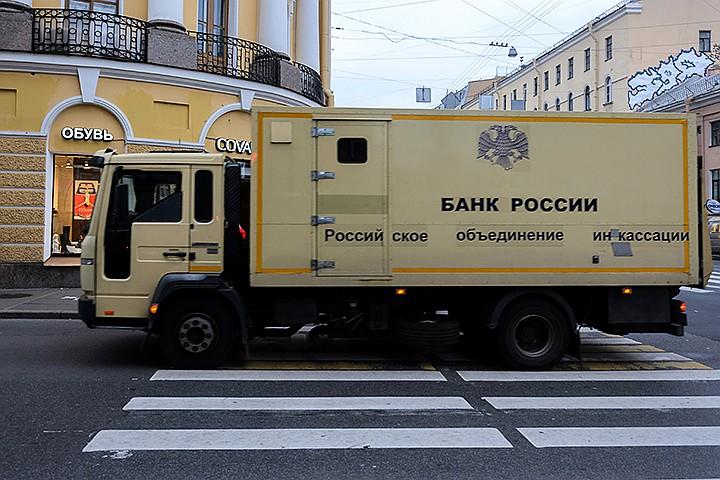 108 грузовиков с валютой — как страна готовится к санкциям
