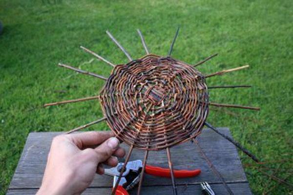Плетите таким образом дно корзины до желаемого диаметра. В данном случае он составил 20 см