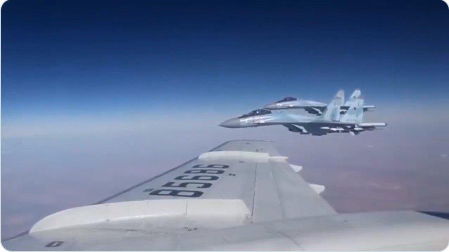 Крыло к крылу: Сергей Шойгу летит над Сирией под прикрытием Су-35С (Видео)