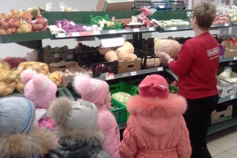 Воспитанникам детсада устроили экскурсию по супермаркету и показали еду. Детям, образования, прогулку, устраивали, города, также, детям, ИноземцеваРанее, Ирина, начальница, отдела, показывая, рассказала, магазина»—, исработой, числе, втом, опрофессиях, погороду, воспитателей
