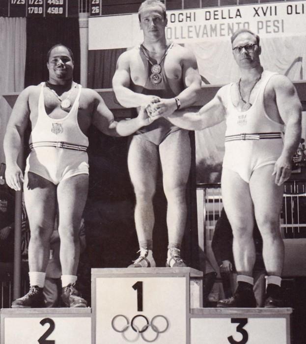 В 1961 году будучи 14-летним подростком Арнольд Шварценеггер впервые увидел Власова (на фото – в центре) на чемпионате мира по тяжёлой атлетике, а после того, как советский богатырь пожал юному Арнольду руку, тот твёрдо решил всерьёз заняться тяжёлой атлетикой, а после и бодибилдингом. /Фото: triboona.ru