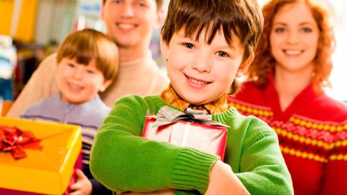 Маленький ребенок дрожал и плакал, когда пришло время платить за покупки