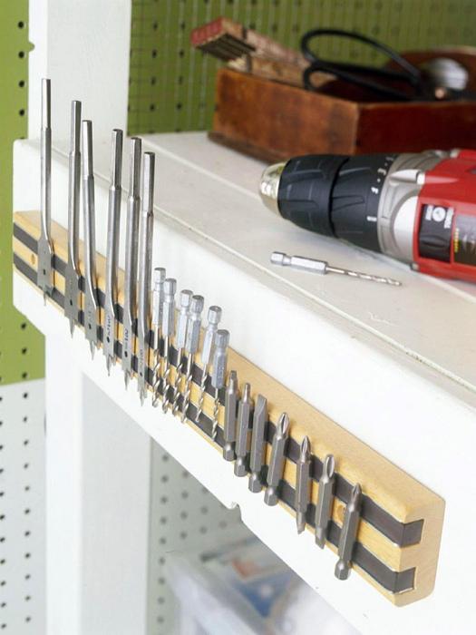 Магнитная лента для хранения мелких металлических деталей.