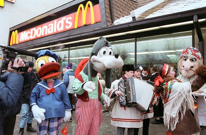 Первый в Москве Макдональдс открылся в 1990 году, и вот какое безумие там происходило