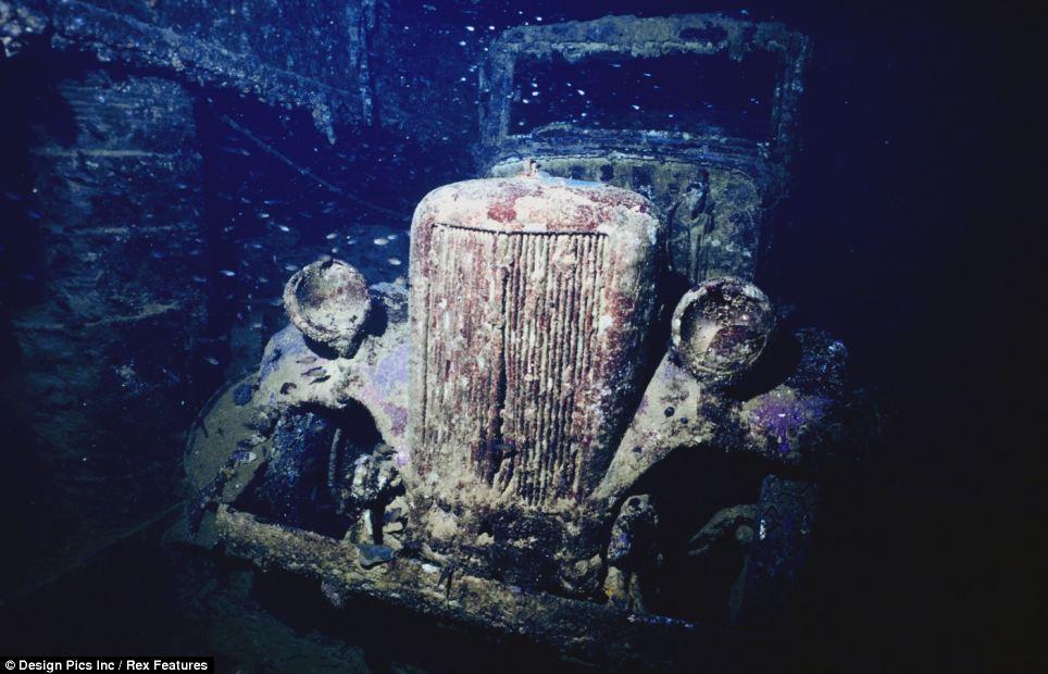 Автомобиль внутри затонувшего судна