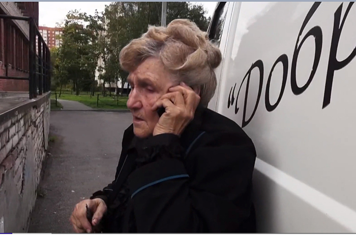 80-летняя блокадница из Санкт-Петербурга помогает одиноким инвалидам