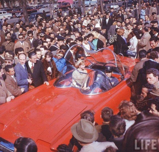 Гленн Форд и Дебби Рейнольдс в Lincoln Futura, который потом переделали в Batmobile, 1959 год история, люди, мир, фото
