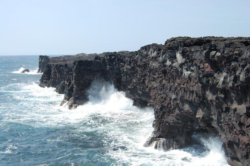 Волны подмывают хрупкую лаву и берег может обрушиться америка, вулканы, гавайи, пейзажи, природа, путешествия