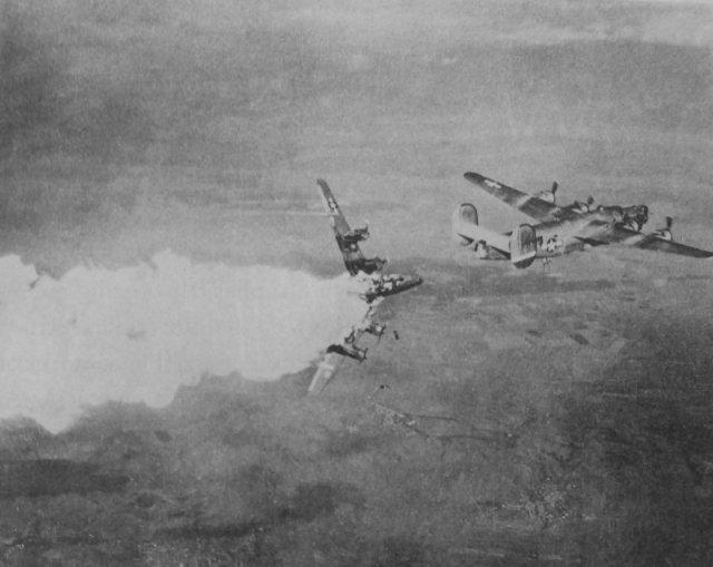 Горящий бомбардировщик B-24H «Либерейтор» из состава 793-ей бомбардировочной эскадрильи 465-й бомбардировочной группы 15-й воздушной армии США, подбитый зенитным огнем. Германия. 1944 год. история, люди, мир, фото
