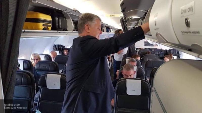 В мятых брюках и с опухшим лицом: пассажиры оценили вид летевшего рейсовым самолетом в Киев Порошенко