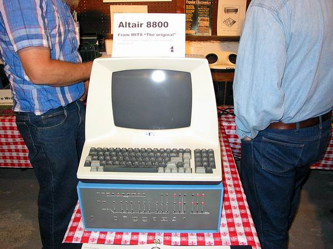 Состоятельные люди могли себе позволить комплект Альтаира-8800 с клавиатурой и экраном