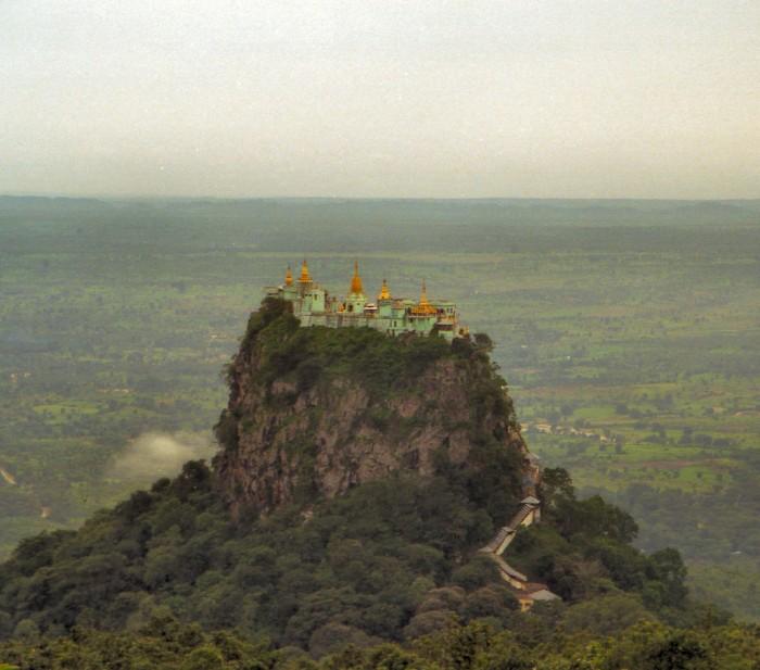 Сооруженный на вершине жерла потухшего вулкана буддистский монастырь Тан-Калат