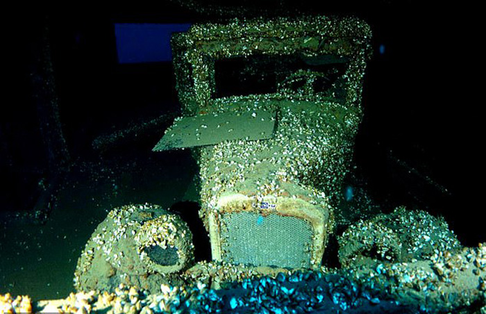 Сохранившийся автомобиль на борту затонувшего судна.