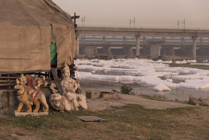 Джей Тхакур с помощью своих фотографий стремиться привлечь внимание к загрязнению реки Джамны.