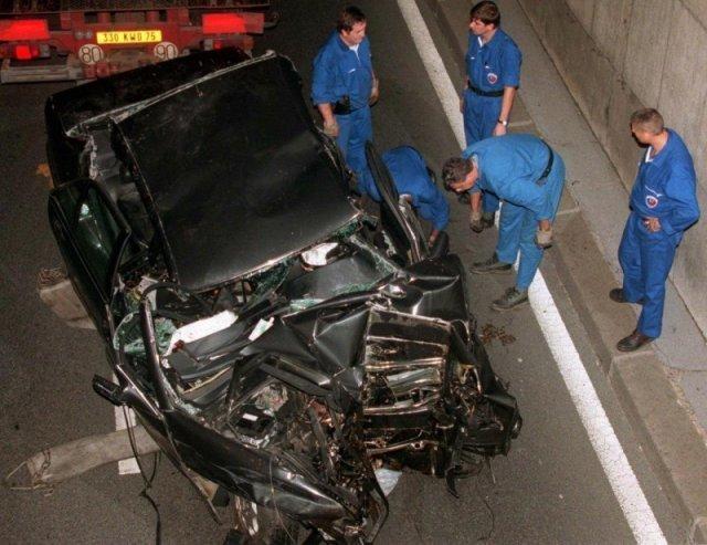 Автомобиль, в котором ехали принцесса Диана и Доди аль-Файед после автокатастрофы. 31 августа 1997 г. история, люди, мир, фото