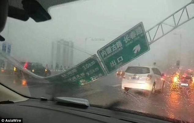Сильные ветры, которые сопровождались градом, привели к повсеместным разрушениям по всему городу ynews, инцидент, китай, новости, погода, тайфун, фото, шторм