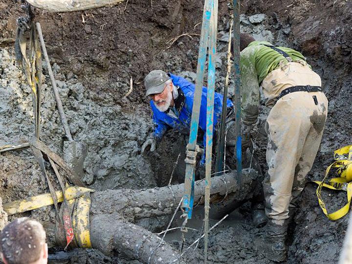 Мужчина начал рыть траншею для новой канализации. Но внезапно он наткнулся на нечто странное