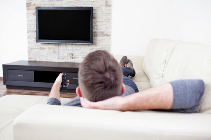 Лежание на диване не менее вредно для мужчины, чем злоупотребление алкоголем / Фото: technewslog.com