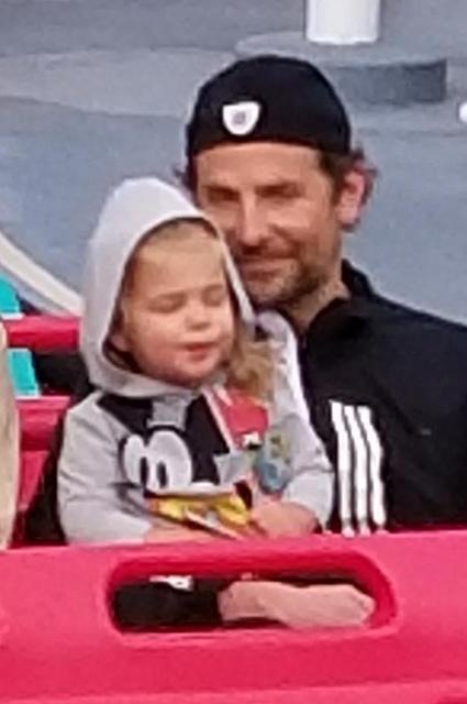 Ирина Шейк и Брэдли Купер с дочерью Леей провели день в Диснейленде Звездные пары