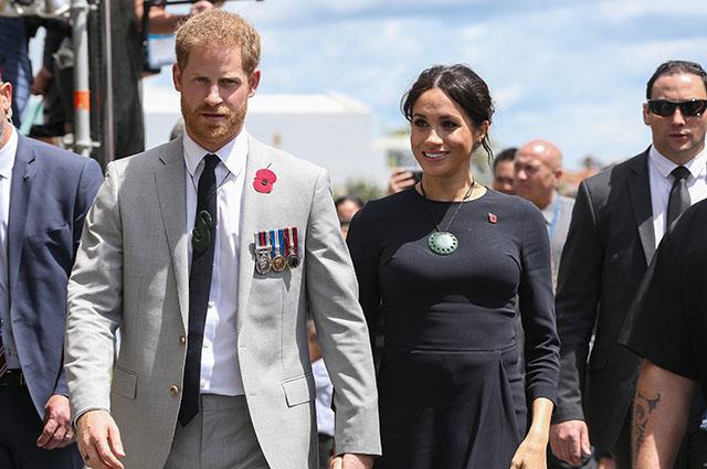 Королевский тур Меган Маркл и принца Гарри завершен: памятные подарки, объятия с поклонниками и участие в обряде монархии, меган маркл