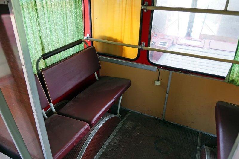 За спиной водителя — не один, как в обычной пассажирской машине, а два трёхместных дивана, стоящих боком ЛиАЗ 677, авто, автобус, лиаз