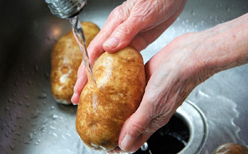 Нужно ли мыть выкопанную картошку?