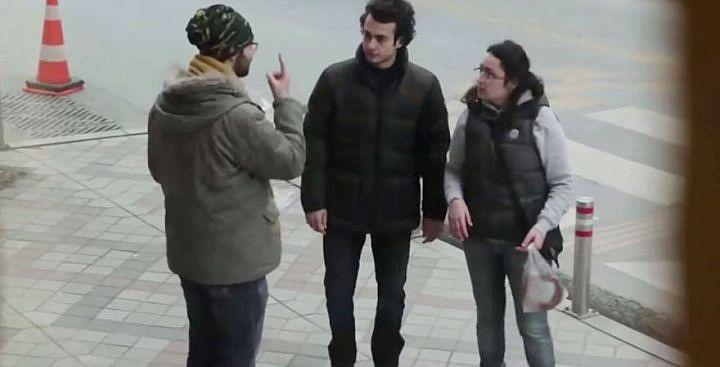 Жители района Стамбула месяц учили язык жестов, чтобы поговорить с этим глухим парнем...