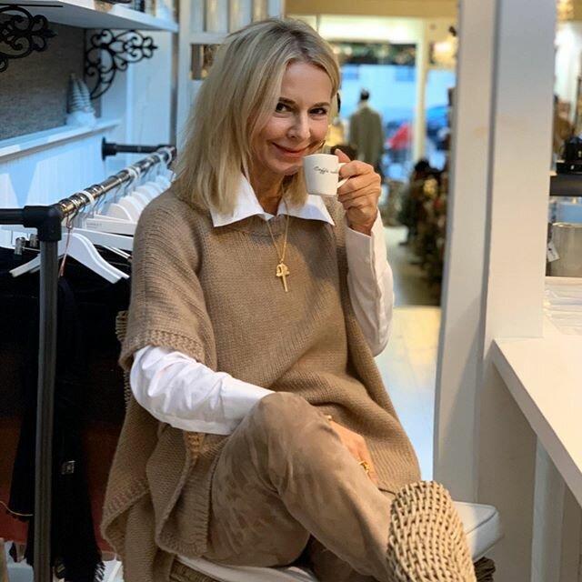 Элегантная женщина пьет кофе