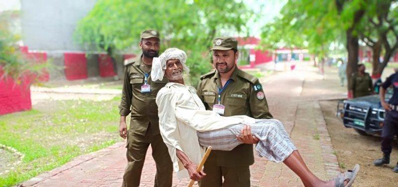 3. Эта пакистанские полицейские буквально несут пожилого мужчину на избирательный участок, чтобы тот мог проголосовать в мире, добро, истории, люди, позитив, фото
