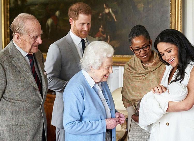 Принцесса Евгения и Зара Тиндалл не покажут Елизавете II своих новорожденных детей, как того требует традиция Елизавета, принца, Тиндалл, после, внучки, Меган, Гарри, принцессу, Миддлтон, Рождество, Филипп, Евгения, Маркл, пандемией, семье, придется, локдауна, бабушке, представят, Ожидается