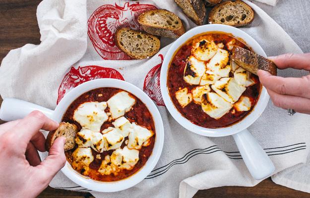 ЗАКУСОЧНЫЙ ДЕНЬ. Запеченный козий сыр с томатами
