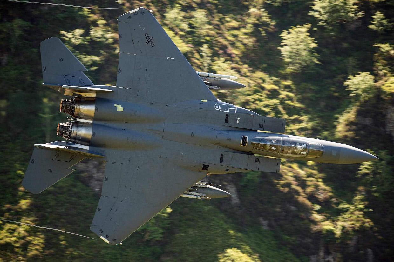 Истребитель F-15E Strike Eagle с необычного ракурса