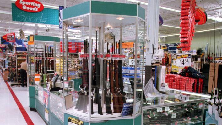В США над стендом с ружьями повесили плакат «Начни учебный год как герой»